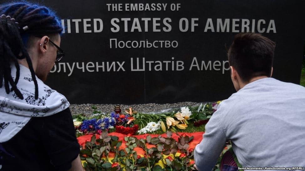 Кривавий теракт в Орландо: українці принесли квіти до посольства США