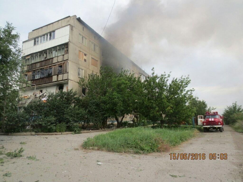 Прямое попадание: в Красногоровке снаряд боевиков разрушил 5-этажку