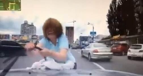 """В Киеве женщина напала на машину посреди дороги: в соцсети заговорили о """"разводе"""""""
