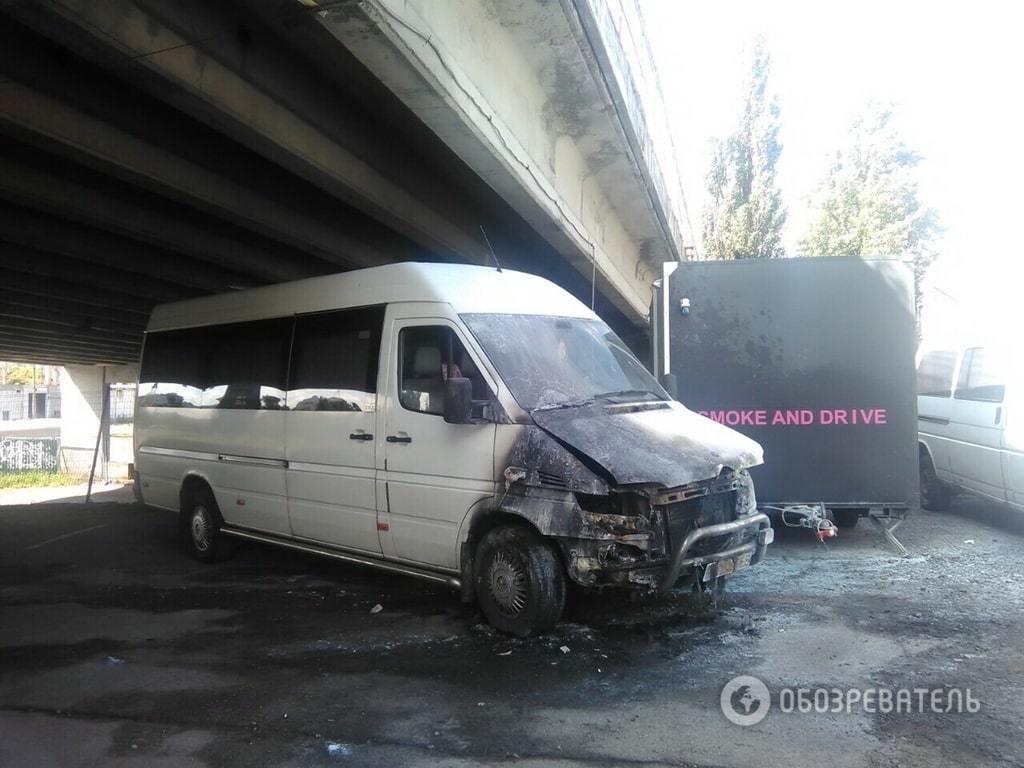В Киеве подожгли маршрутку с водителем