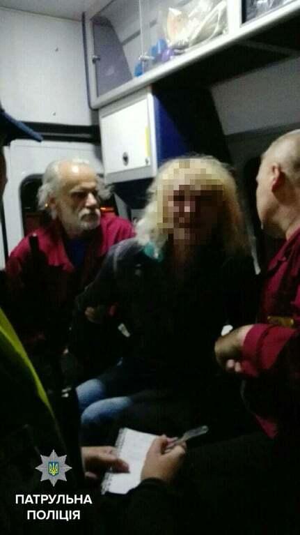 В Киеве полицейские спасли женщину, которая пыталась прыгнуть с моста