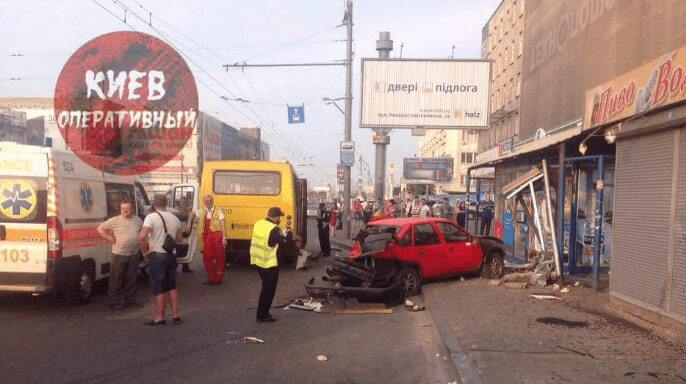 Страшна ДТП у Києві: Opel влетів у зупинку