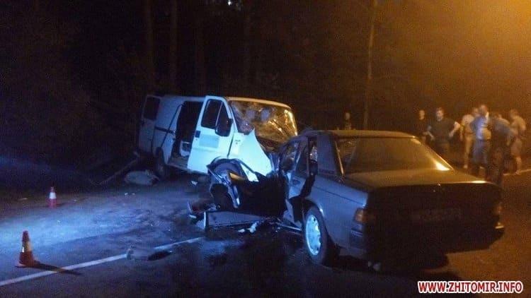 В Житомире Mercedes столкнулся с микроавтобусом: есть погибший, 7 пострадавших