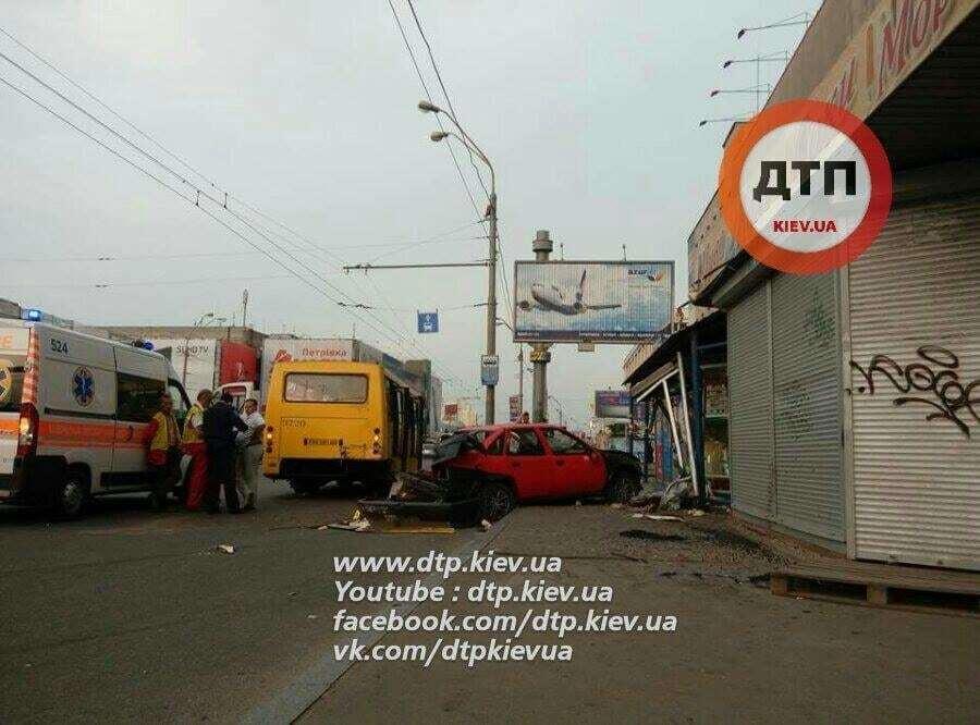Смертельна ДТП у Києві: у водія, який влетів у зупинку, знайшли спецзасоби