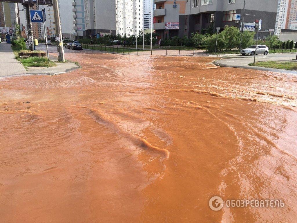 В Киеве улицу затопило ржавой водой