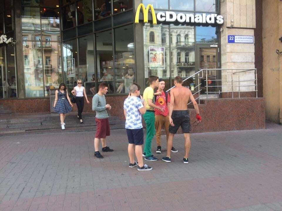 В Киеве возле метро заметили малолеток-грабителей