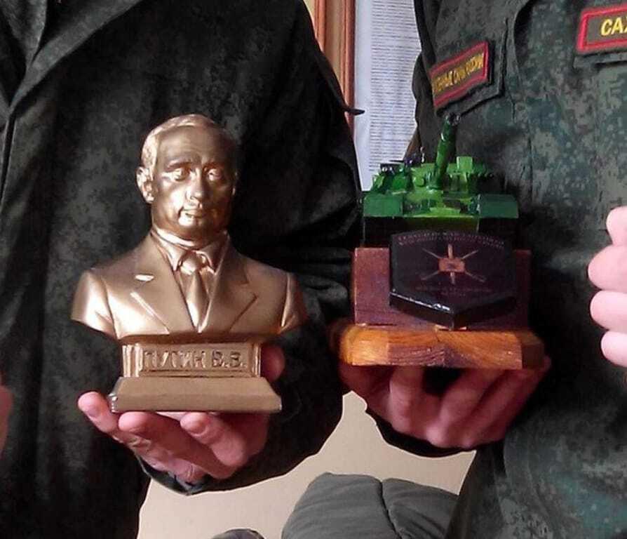 """""""Культ вождя"""": воевавших на Донбассе российских солдат наградили бюстом Путина"""