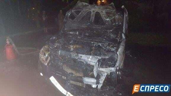 Один – дотла: в Киеве горели автомобили на стоянке