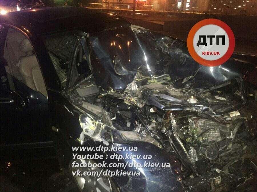 Всмятку: в Киеве Mercedes врезался в маршрутку