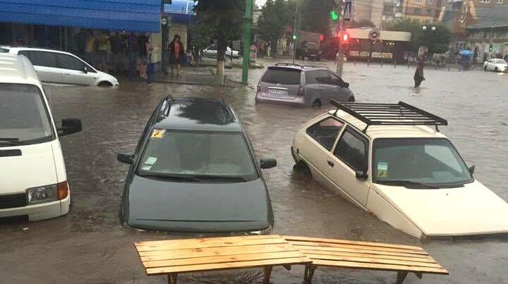 В потоках воды плыли авто: в сети показали последствия потопа в Хмельницком