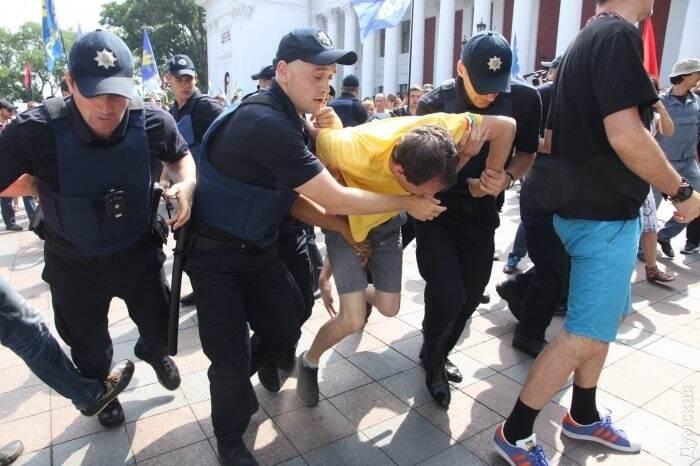 В ход пошел газ: под горсоветом Одессы произошли столкновения