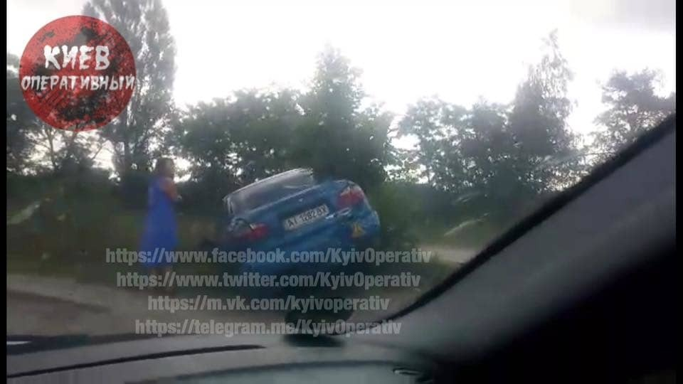 ДТП под Киевом: автомобиль перевернулся на крышу