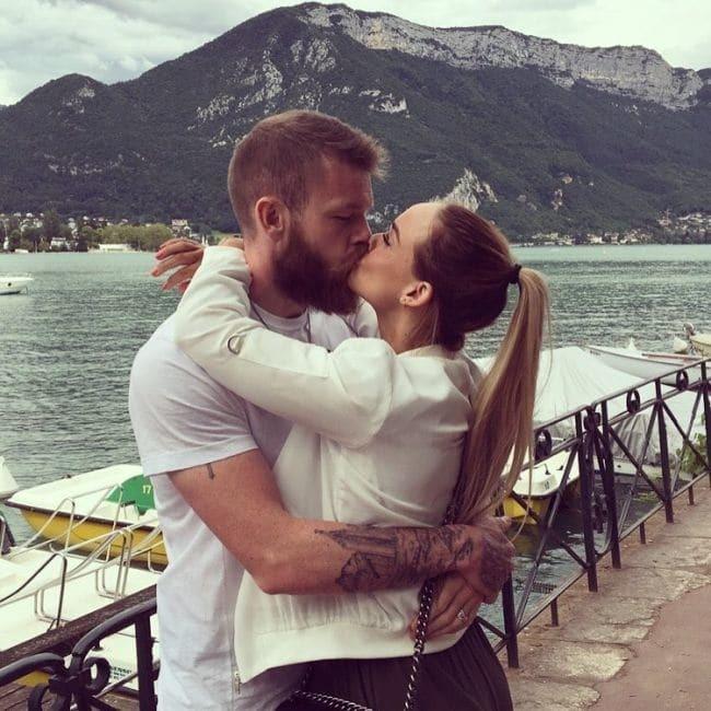 Розкішна дружина капітана збірної Ісландії підкорила уболівальників своєю зовнішністю