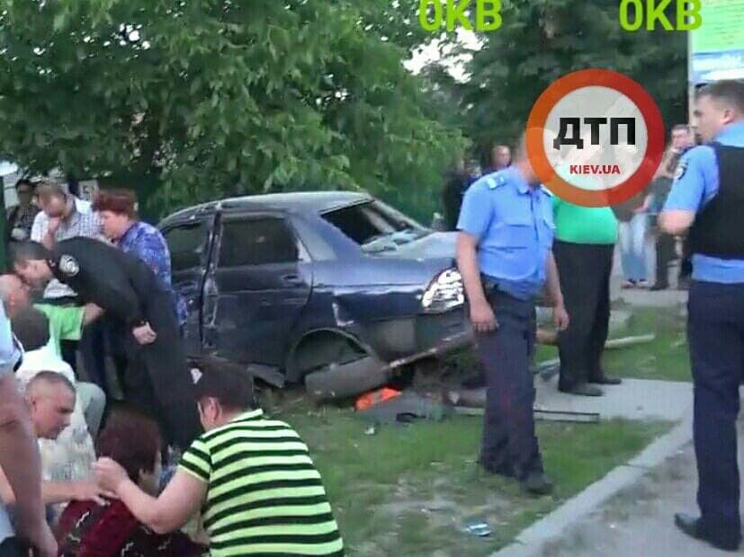 Едва не линчевали: под Киевом водитель сбил насмерть двух детей