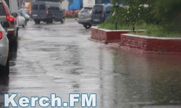 В Крыму из-за проливных дождей подтопило дома и улицы