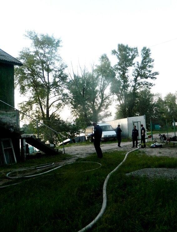 В Киеве на Оболони неизвестные подожгли здание