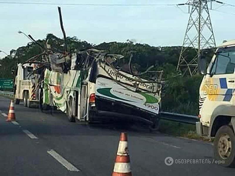 У Бразилії автобус зі студентами в'їхав ув скелю і злетів у кювет: 15 загиблих
