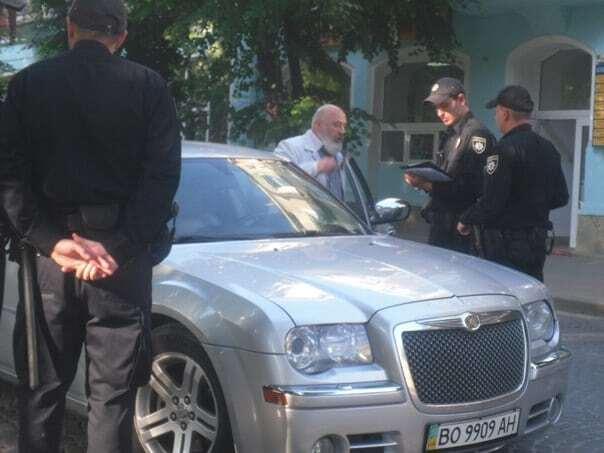 """В Тернополе священник на """"Крайслере"""" устроил разборки с патрульными"""