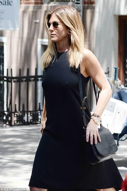Дженнифер Энистон прогулялась по Нью-Йорку без белья