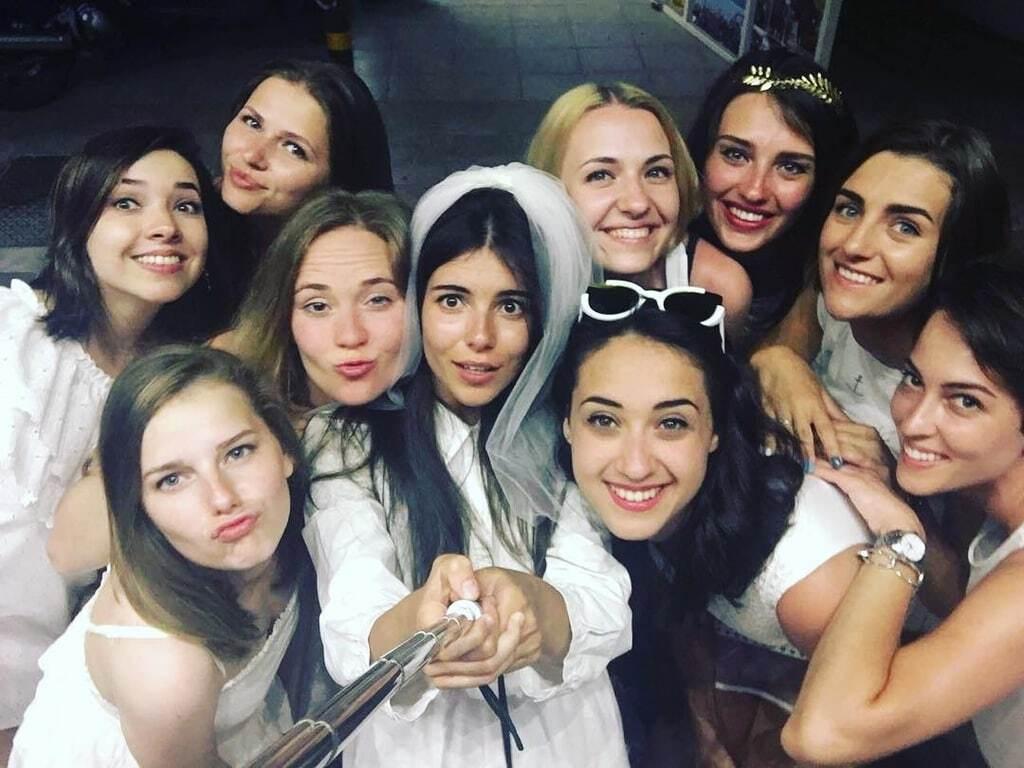 """Зірка кліпу """"Лабутени"""" відгуляла дівичвечір напередодні власного весілля"""