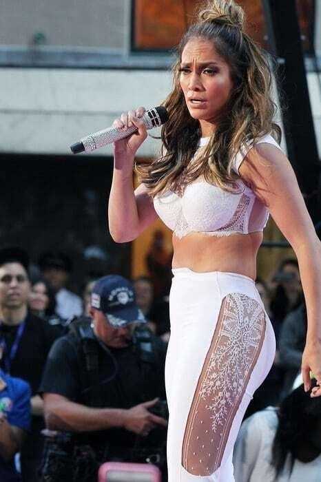Дженнифер Лопес подчеркнула недостатки фигуры неудачным нарядом
