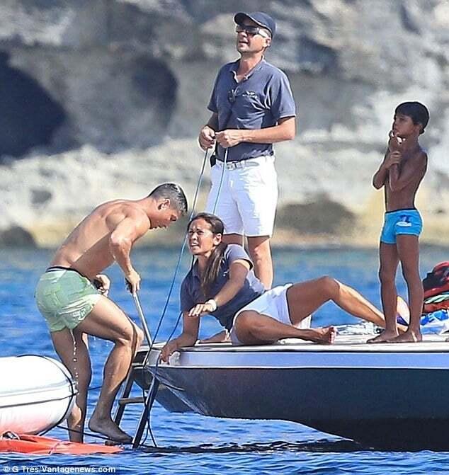 Полуголый Роналду засветился на яхте на Ибице