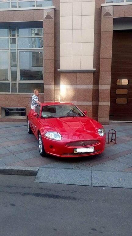 """""""Скромненько, но со вкусом"""": в сети показали припаркованный возле Рады Jaguar"""