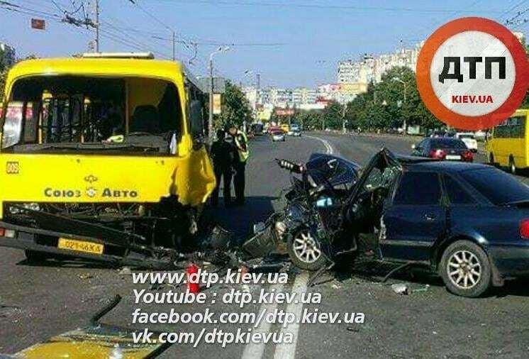У Києві Audi протаранила маршрутку: водій легковика в реанімації
