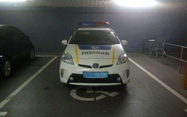 """""""Инвалиды"""": в сети высмеяли место парковки автомобиля киевской полиции"""