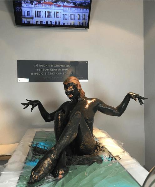 Кикимора: обнаженная Волочкова облила себя грязью