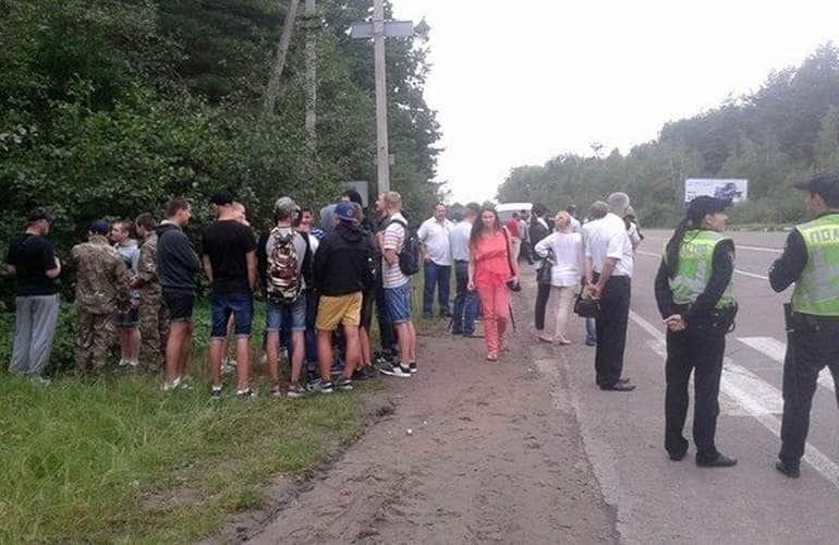 Под Житомиром активисты перекрыли трассу для препятствия крестного хода УПЦ МП