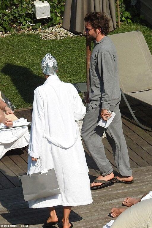 Шапочка из фольги и микро-бикини: Шейк удивила странным видом на отдыхе с Купером в Италии