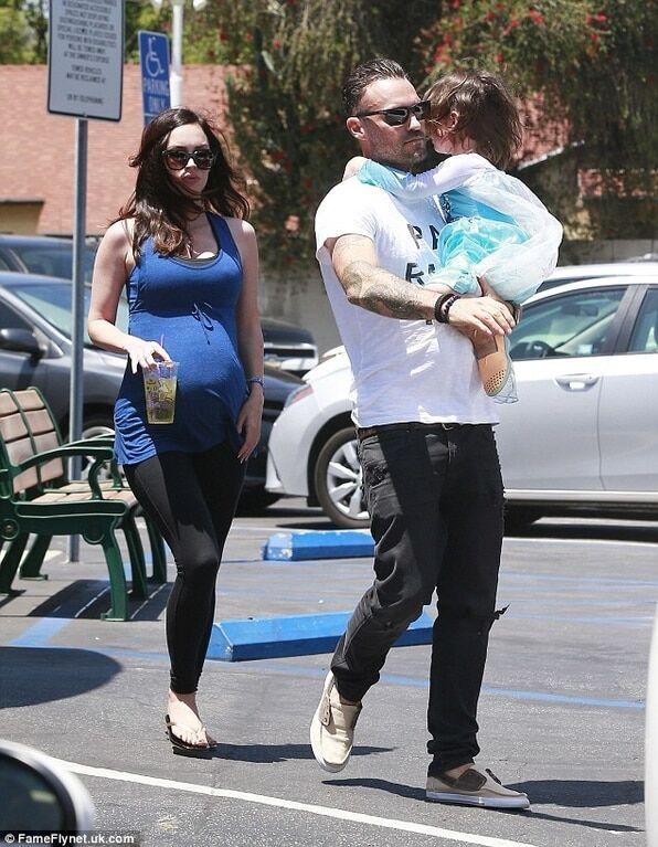Папарацци засекли беременную Меган Фокс с сыном, одетом в платье принцессы