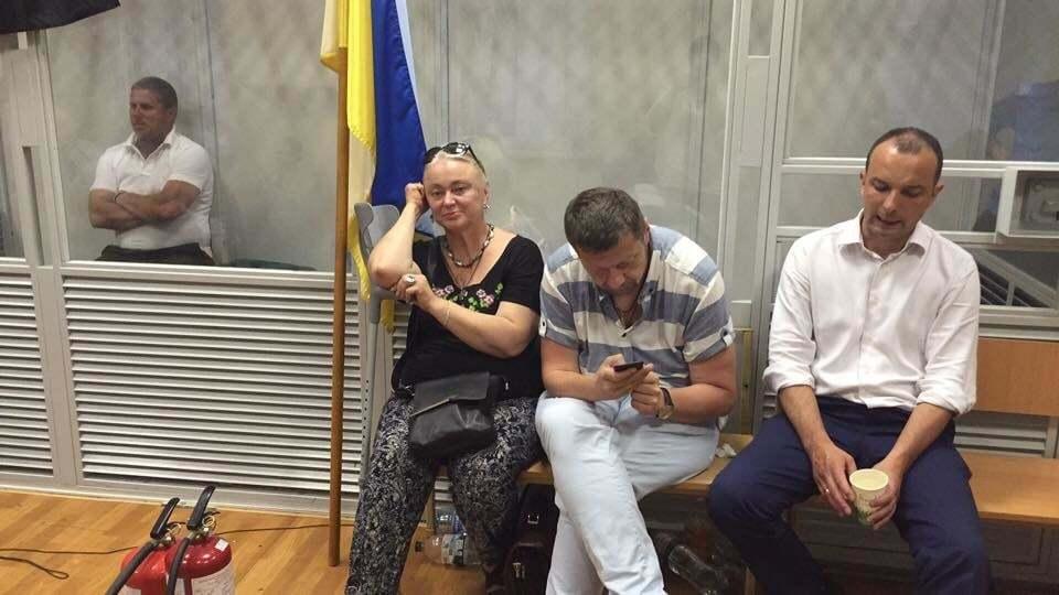 Дело командира Савченко: активисты провели ночь в забаррикадированном суде