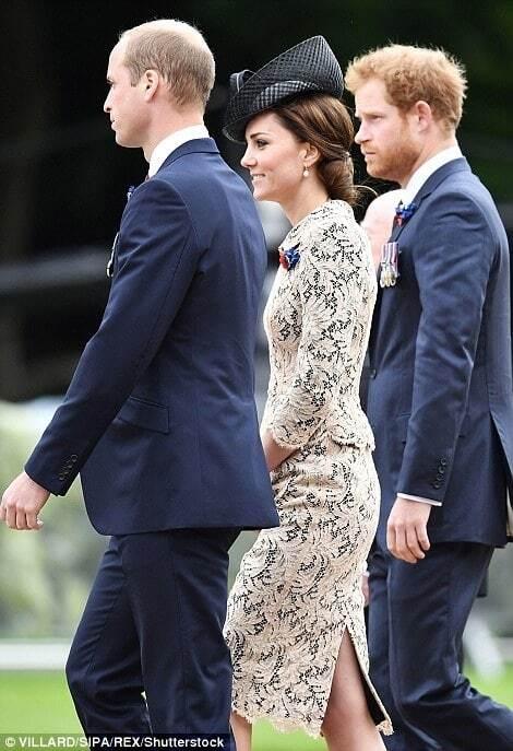 Кейт Миддлтон во Франции покрасовалась в кружевном наряде и оригинальной шляпке