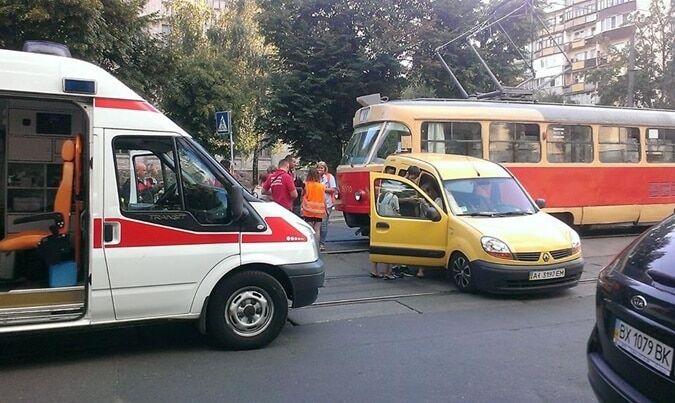 Не проскочил: в Киеве трамвай снес легковушку