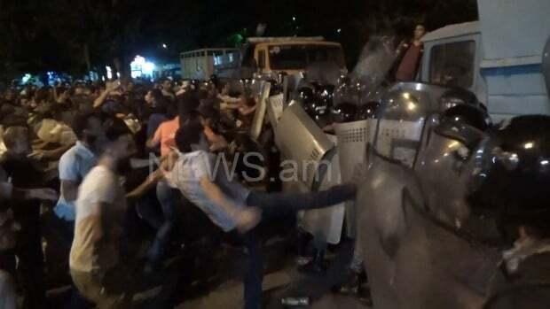 В Ереване начались столкновения у захваченного здания МВД: в ход пошли камни и гранаты