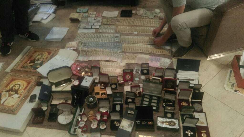 Обыск у мэра Бучи: фото драгоценностей, изъятых в особняке