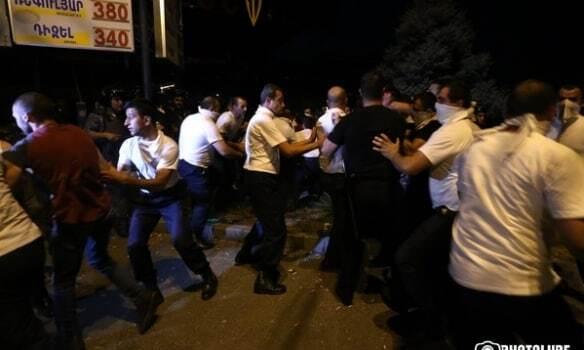 В Ереване силовики разогнали протестующих у здания полиции: задержано почти 140 человек