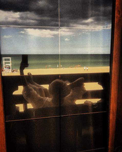 Отдых посреди недели: Гросу похвасталась бюстом на пляже
