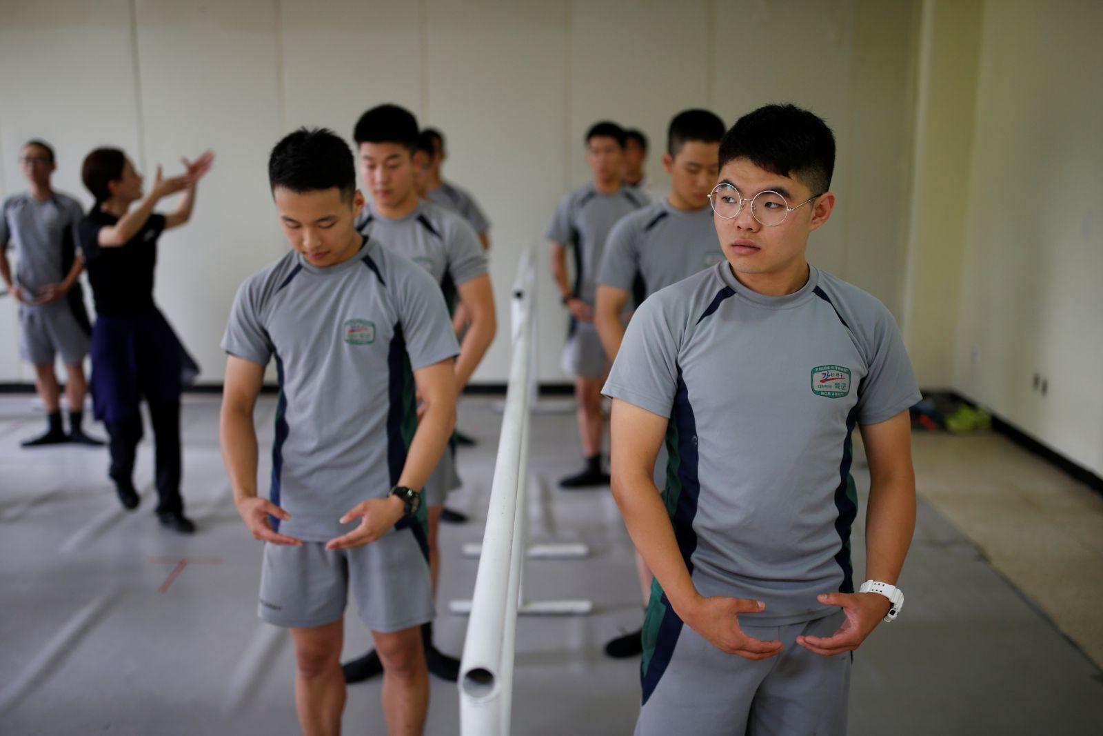 """""""Лебединое озеро"""": в сети показали, чем занимаются южнокорейские солдаты на досуге. Видео"""