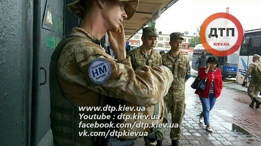 """При полном """"фарше"""": в Киеве задержали солдата с автоматом в пакете"""