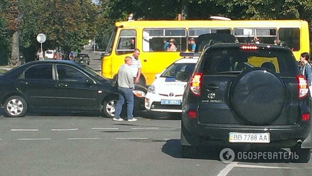 В Киеве полицейский Toyota Prius столкнулся с легковушкой