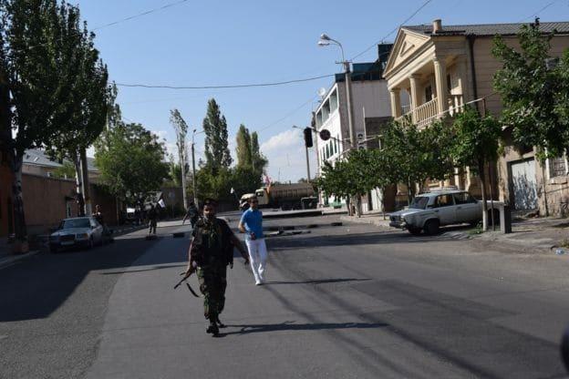 Конфликт не исчерпан: журналисты побывали на месте захвата заложников в Ереване