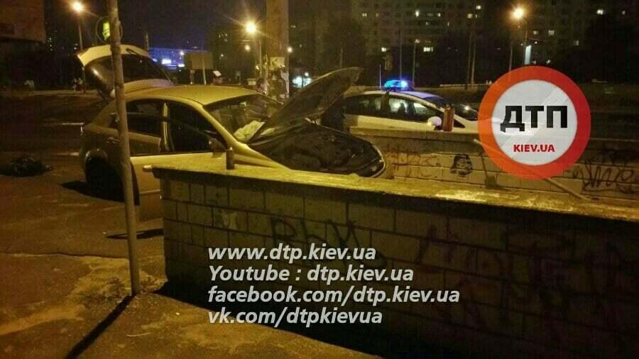 В Киеве иномарка влетела в подземный переход