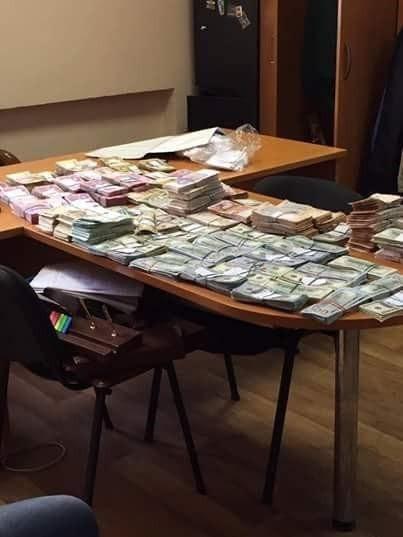 Требовали $36 тыс.: в Киеве двух налоговиков задержали на взятке