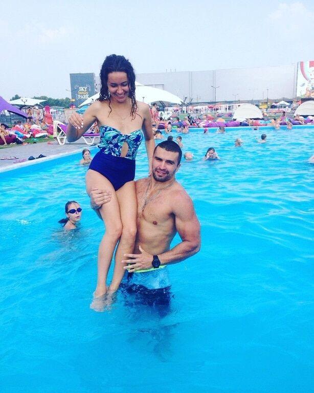 Екс-холостячка Анетті розважилася в басейні з м'язистим брюнетом
