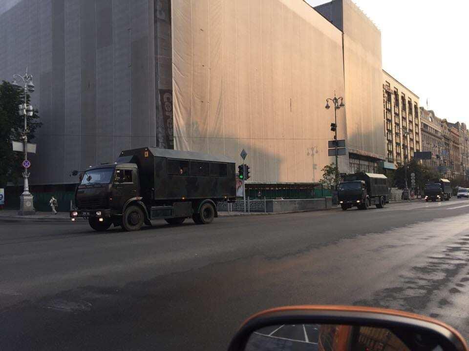 У Києві Хрещатиком проїхала військова техніка