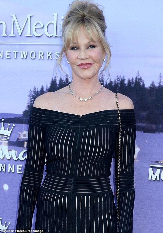 Смелый выход: 58-летняя Мелани Гриффит сверкнула грудью в полупрозрачном платье