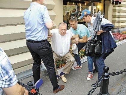 """""""П'ятою точкою"""" все зламав: Жириновський після селфі не зміг підвестися з клумби"""
